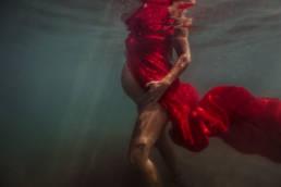 Photographe grossesse aquatique à la mer