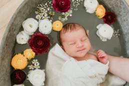 Photo bain de lait enveloppé bébé mon