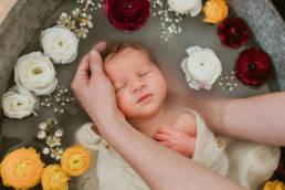 Photo bain de lait enveloppé nouveau-né mon
