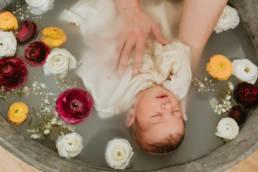 Photographe naissance bébé bain de lait Montpellier