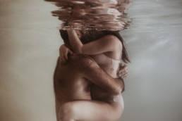 Photographe couple aquatique en piscine Montpellier