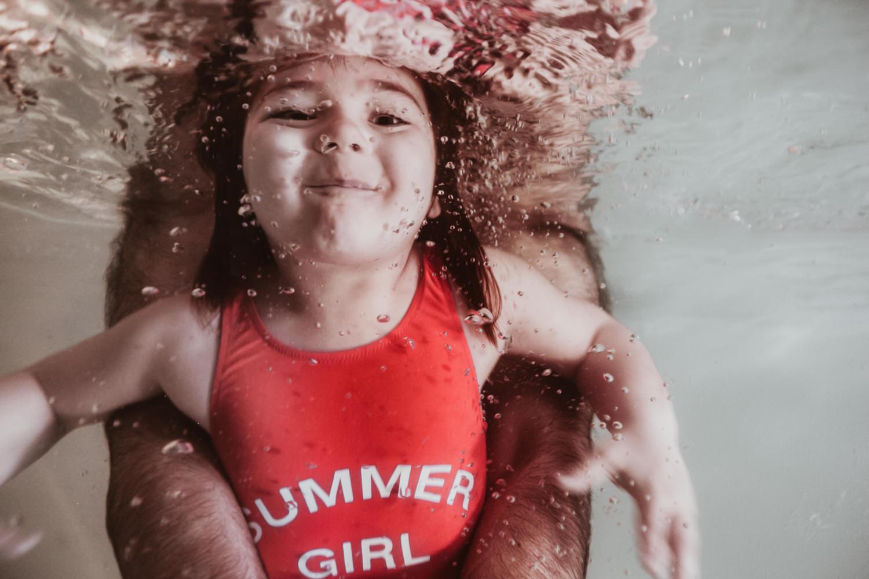 Photographe aquatique enfant à la piscine